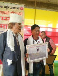 सम्मानपश्चात महाकवि मोहन दुखुनसँग फोटो खिचाउँदै लखि